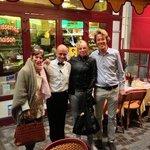 2 clientes satisfaites, entourant Denis, a droite Jérôme, le Patron.