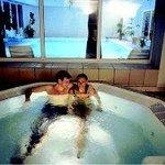 salle de ralaxation: bain bouillonant et piscine en arrière plan