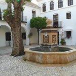 Fontein in het midden van de binnenplaats (courtyard)