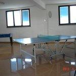 Angolo della stanza ricreativa con ping-pong e calcetto
