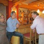 accueil tres chaleureux des patrons au bar de l hotel