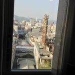 窓から古い商店街が見えました