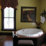 Vanderbilt huge jetted tub