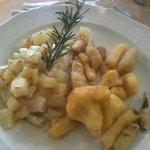 Filetto di persico con patate e verdure pastellate
