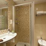 Salle de bains avec douche et bidet
