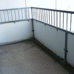 Herunter gekommener Balkon ohne Sitzmöbel
