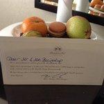 detalle de una nota de bienvenida y frutas