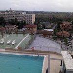 vista verso la piscina esterna, dal balconcino