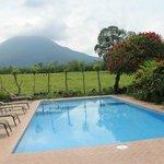 Vista del Volcán Arenal en la piscina