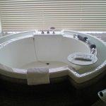 ジャグジーの大きな円形バス 入浴剤も特上