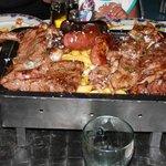 parrillada de carne, varios tipos de carne y embutidos