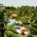 alle Zimmer mit Blick auf Pool und Strand
