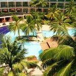 alle Zimmer haben Blick auf Pool und Strand