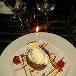 Postre recomendado, pastel de chocolate caliente con helado de vainilla y chocolate blanco.