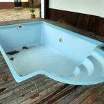 Kleiner Outdoor Pool (Ende April 13 noch ohne Wasser)