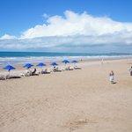 praia com seriço de bar do hotel