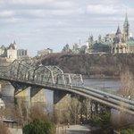 Vue de la chambre d'hôtel vers Ottawa: le pont Alexandra, le Château Laurier (à gauche) et le Pa