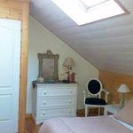 Habitación tranquila y llena de detalles