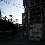 大通り沿いにホテルの入口があります。