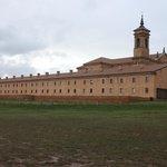 La hospedería en primer término. Detrás el monasterio.