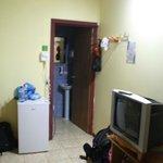 Værelset har eget bad, køleskab og tv