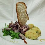 Polpo tiepido croccante con patate schiacciate ed olive taggiasche