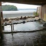 海が目の前の露天風呂