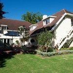 Kaapse Draai mit Blick vom Garten auf das Haus