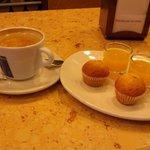 Chupitos de zumo de naranja y mini-magdalenas, cortesía de la casa.