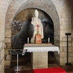 l'interno la statua del santo