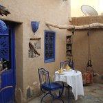 The yard\Накрытый к ужину столик во дворе