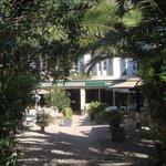 Entrée et jardin de l'hôtel