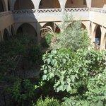 Jardín central y acceso a las habitaciones