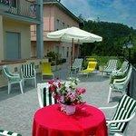 Godetevi il verde delle colline toscane dalla terrazza solarium dell'Hotel Vittoria