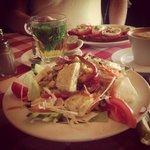 sałatka z mozzarellą, herbata miętiwa, kanapka z pesto i pyszne kawa :)