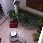 Salon et piscine intérieure