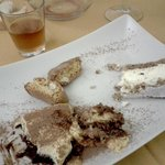 Cantucci e vinsanto, tiramisù, torta ricotta e pere.
