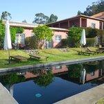 piscine, les 3 chambres donnant dessus, et au fond la terrasse du petit déjeuner et du dîner !