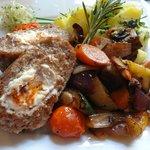 Paupiettes farcie au fromage de brebis, pommes de terre persillées et légumes grillés