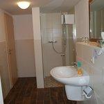 Badezimmer mit bodengleicher Dusche in jedem Zimmer