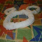 Serviettes en forme de Mickey sur l'un des deux lits kingsize.