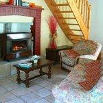 confortable salon de détente avec cheminée