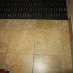 nice tile flooring whe you enter the room