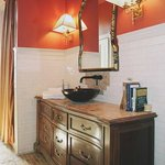 Rosenwald Suite Bathroom & Vanity w/Bowl Sink