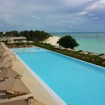 Infinity pool / green beach