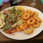 Calamars à la romaine,  avec salade composée et grosse portion de frites maison.