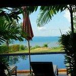 レストランからプール越しに海を望む。