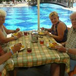 lunch bij het zwembad Titan Garden
