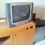 ブラウン管TVとミニ冷蔵庫