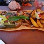 Assortiment de trois viandes plus chou en salade et pickles